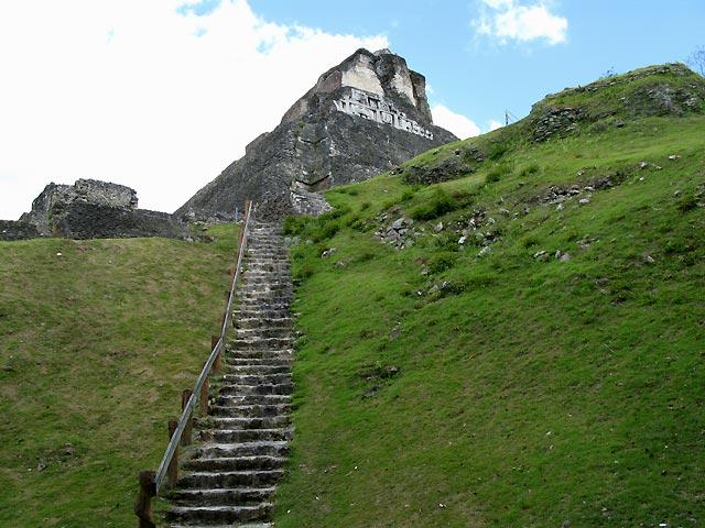 Aufstieg zum Castello in Xunantunich (Belize)