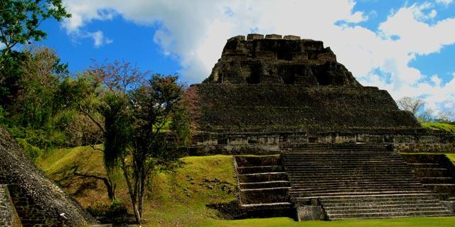 das 40 Meter hohe Castello - Maya Pyramide in Xunantunich (Belize)