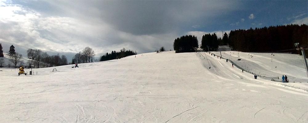 Blick von der Talstation auf den Haupthang des Skigebietes