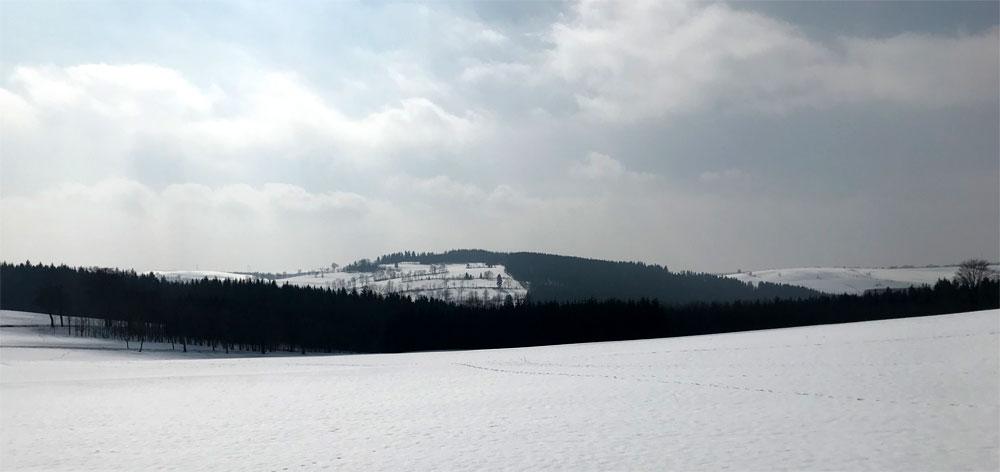 tief verschneiter Kamm des Osterzgebirges zum Frühlingsanfang 2021