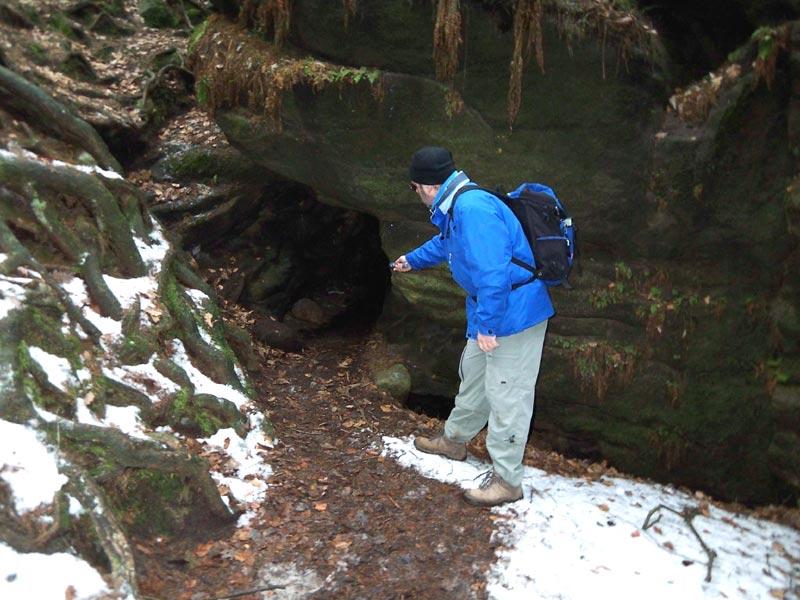 enge und dunkle Höhle