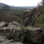 Blick über die Breite Kluft zum Rauschenstein und zum Rosenberg in der Böhmischen Schweiz (ganz im Hintergrund)