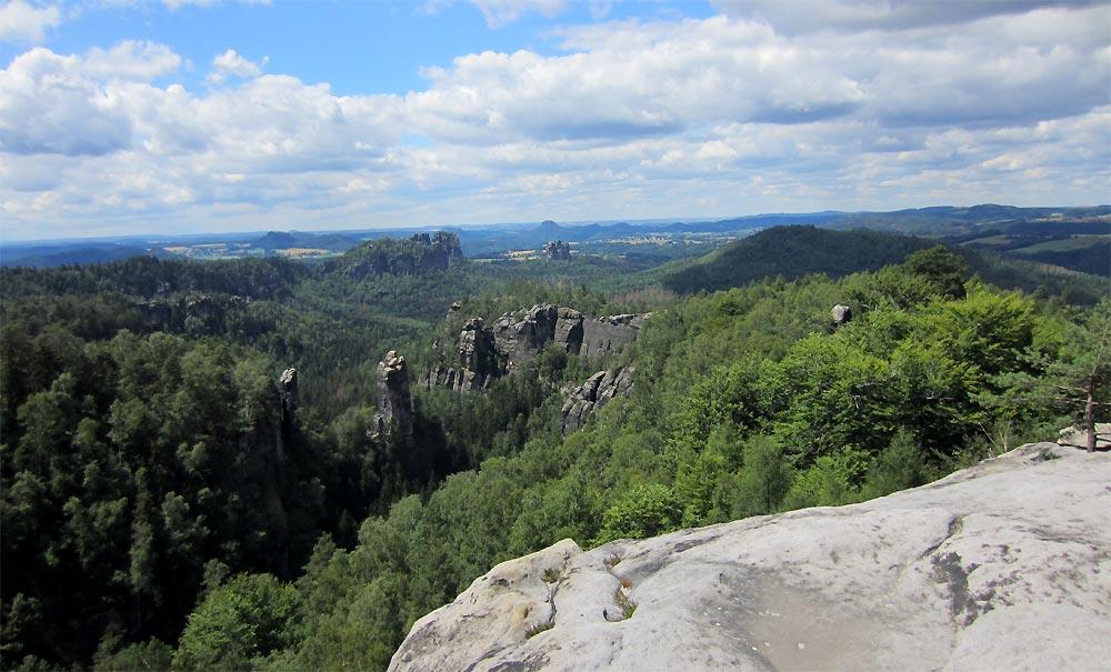 Blick vom Carolafelsen über den Dom zu den Schrammsteinen und dem Falkenstein